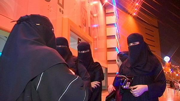 Saudi Arabia: women vote for first time in local elections