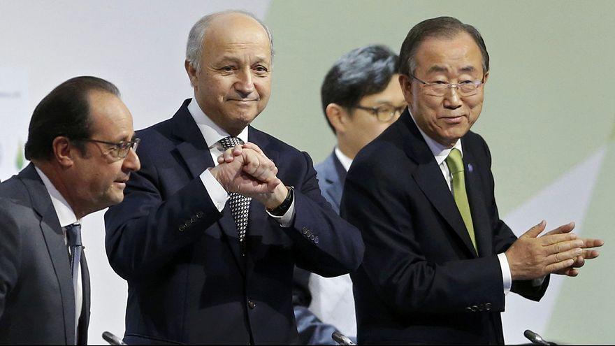"""COP21 : Fabius appelle à approuver """"le premier accord universel de notre histoire"""""""
