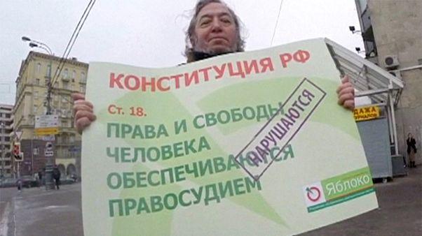 """Rússia detém """"pai"""" da Constituição durante protestos da oposição"""