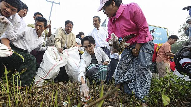 Aung San Suu Kyi leads a cleaning up operation