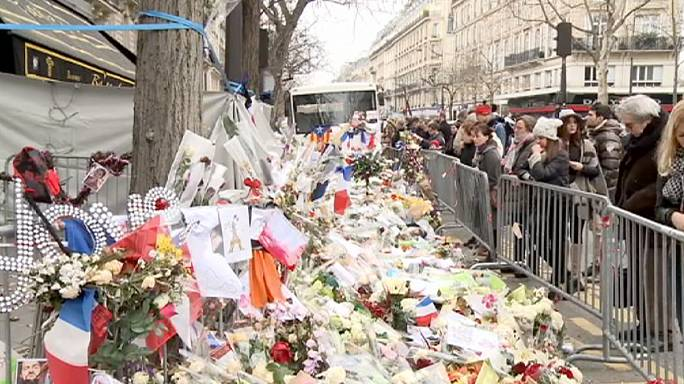 Friss virágokat hoznak a párizsi terrortámadások helyszíneire