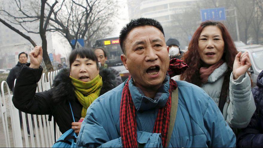 مشاحنات مع الشرطة خلال محاكمة محام مدافع عن حقوق الإنسان في الصين