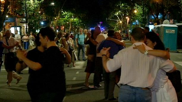 Thousands of Argentines participate in mass street tango
