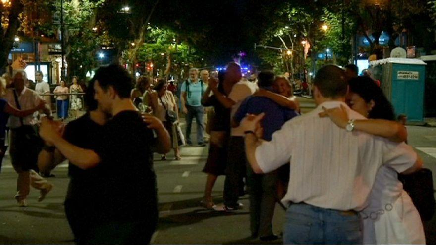 Tango ocupa avenida da capital argentina
