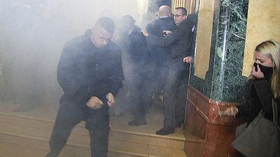 Kosovo: novo incidente com gás lacrimogéneo interrompe sessão parlamentar