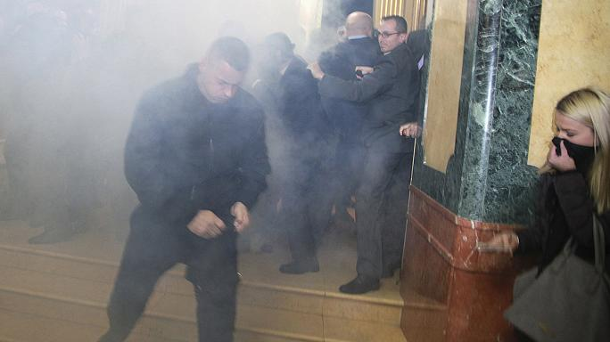 Könnygázzal tiltakoztak a koszovói parlamentben