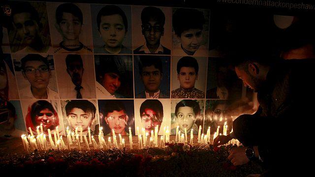 Pakisztán: megemlékeztek az egy évvel ezelőtti iskolai vérengzésről