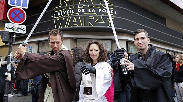 """Star Wars : des milliers de fans levés aux aurores pour voir """"Le réveil de la force"""" sorti en salle mercredi"""