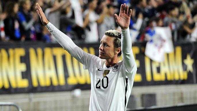 آبّي وامْباش لاعبة منتخب الولايات المتحدة الأمريكية لكرة القدم تودِّع الملاعب