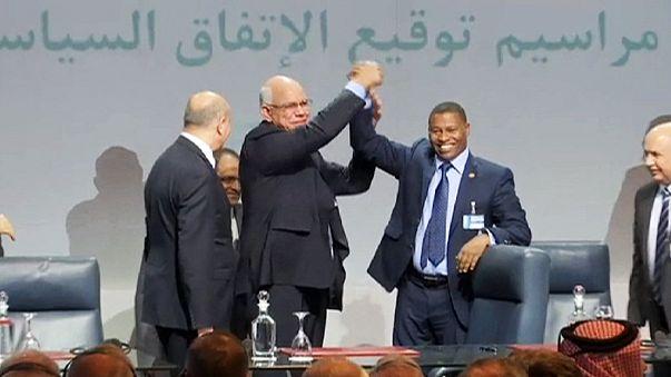 سياسيون ليبيون يوقعون اتفاقا بهدف تشكيل حكومة وحدة وطنية