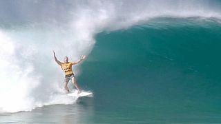 Luta pelo título mundial de surf reduzida a três