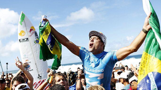 البرازيلي أندريانو دي سوزا يفوز بكأس العالم للتزحلق على الأمواج
