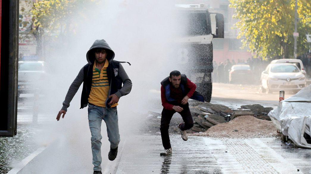 Polizia turca disperde con idranti e gas una manifestazione dei kurdi contro la repressione