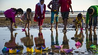 کودکان کار هرمزگان قایق های کاغذی را به یاد پناهجویان سرگردان به آب انداختند