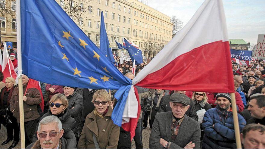 احتجاجات مناهضة للحكومة المحافظة في بولندا