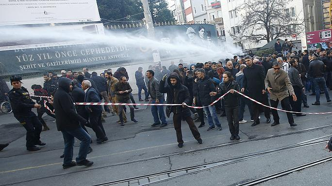 Istanbul, centinaia di curdi in piazza Taksim manifestano contro la repressione di Ankara