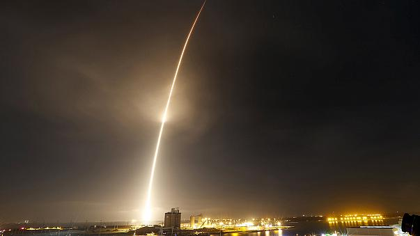 """Foguetão """"reutilizável"""" da SpaceX aterra com sucesso"""