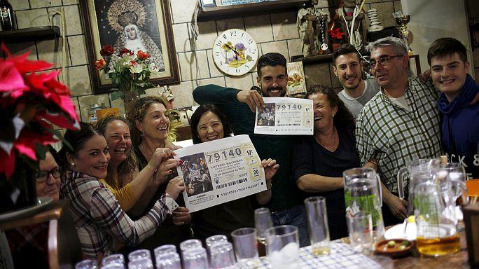 إسبانيا: سكان بلدة روكويتاس دي مار يحتفلون بفوزهم باليانصيب