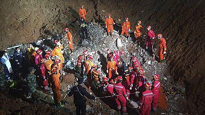 China: recuperados dois sobreviventes de deslizamento de terras
