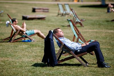 A heat wave hit London this week, with temperatures in St. James\'s Park in the mid-80s F.