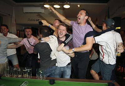 England supporters celebrate Harry Kane\'s winning goal as fans watch the World Cup soccer match between Tunisia and England at the Lord Raglan Pub in London on June 18, 2018.