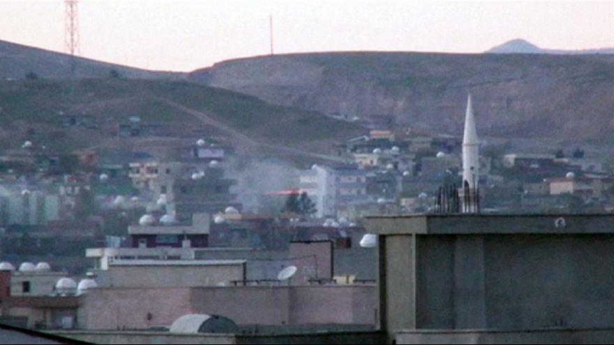 Tankokkal lövi a kurd milicistákat a török hadsereg
