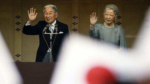 الإمبراطور أكيهيتو يحتفل بعيد ميلاده الـ 82 برفقة الإمبراطورة ميتشيكو