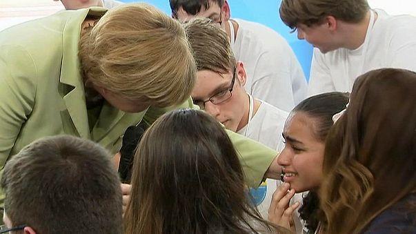 Alemanha: Jovem palestiniana que chorou com palavras de Merkel recebe autorização de residência