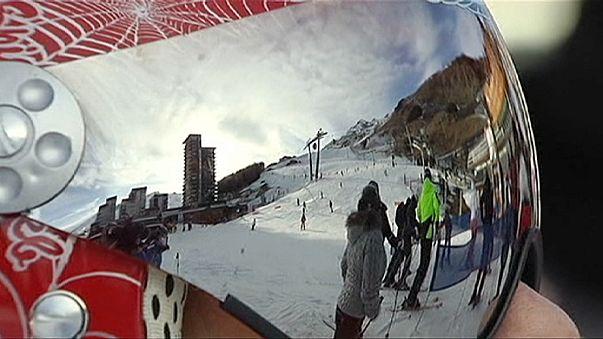 Жители горнолыжных курортов отдают снег туристам