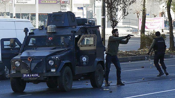 Több százan vonultak az utcára a törökországi Diyarbakirban