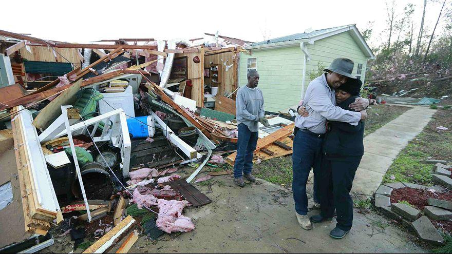 В США растет число жертв ураганов и торнадо