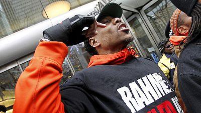 EUA: Manifestações contra violência policial em Chicago na véspera de Natal