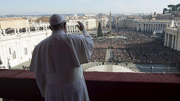 A menekülteket befogadók előtt tisztelgett Ferenc pápa
