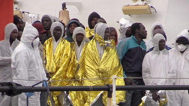 Migrantes tentam chegar a Itália, atravessar o Canal da Mancha e entrar em Ceuta