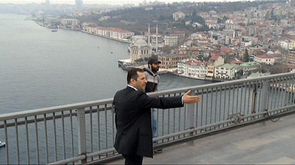 A török elnök kamerák előtt mentett életet