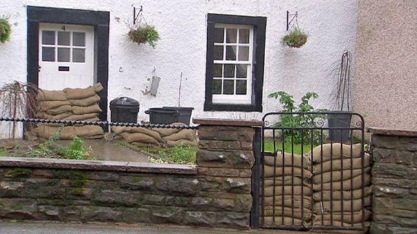 Maltempo nel Regno Unito: terza alluvione in Cumbria, interviene l'esercito