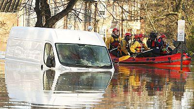 Reino Unido: Milhares de casas evacuadas e centenas de desalojados devido a inundações
