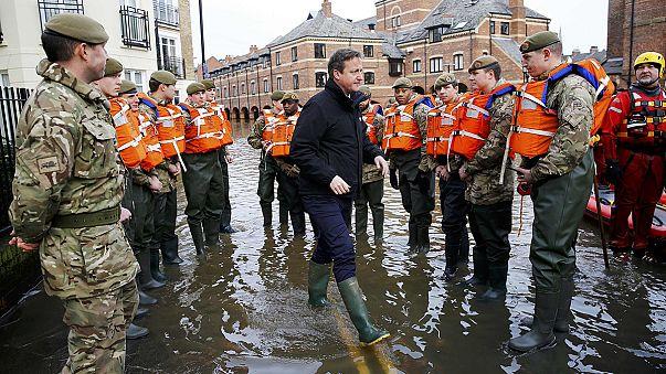 كاميرون يزور المتضررين من الفيضانات شمال انكلترا