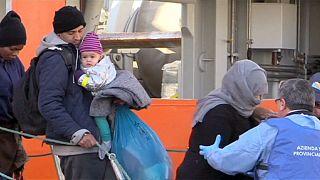 Akdeniz'den toplanan göçmenler Sicilya'da