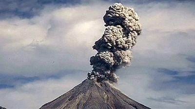 El volcán Colima emite fumarolas a dos kilómetros de altura