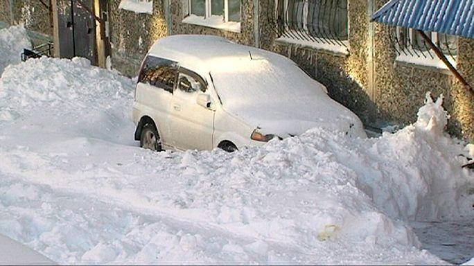 تساقط الثلوج بكثافة في شمال شرق روسيا