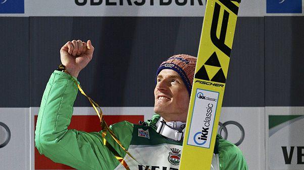 الألماني سيفرين فروند يتألق أمام جمهوره في بطولة أوبرسدورف للقفز على الثلج