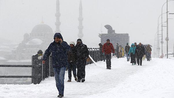 Postkarten-Panorama und Verkehrschaos: Istanbul unter dem Schneemantel