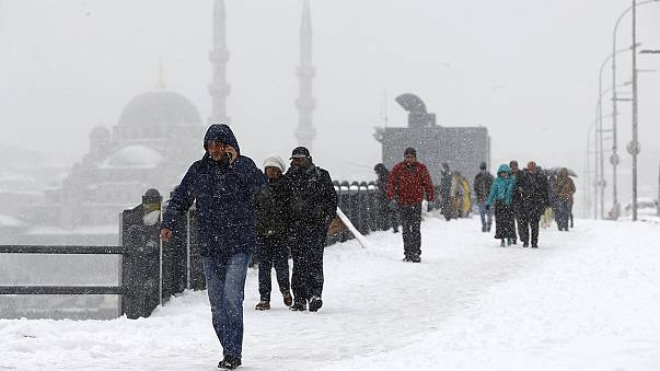 Istambul acolhe 2016 com neve