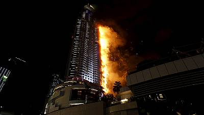 Arranha-céus em chamas no centro de Dubai