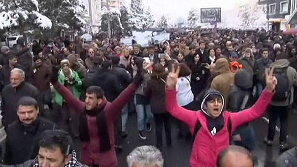 Sur ilçesinde polise saldırı: 4 yaralı
