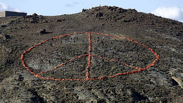 Λέσβος: Έφτιαξαν το σύμβολο της ειρήνης με τα σωσίβια των προσφύγων
