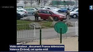 راننده ای در فرانسه به سمت سربازان محافظ یک مسجد راند