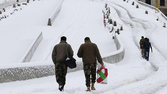 اللاجئون السوريون في مخيمات البقاع في لبنان تحت رحمة العواصف الثلجية