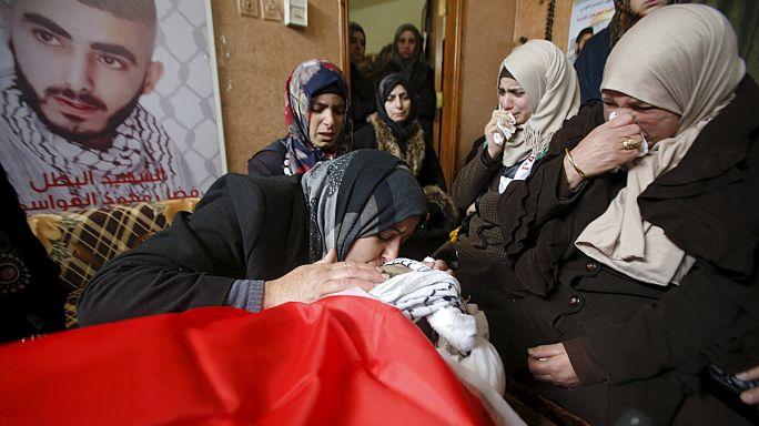 آلاف الفلسطينيين يشيِّعون جثامين 14 شخصا قُتِلوا بالرصاص الإسرائيلي